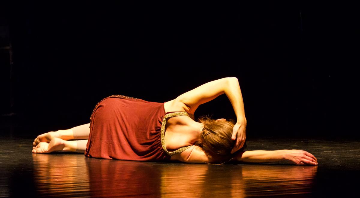 danseuse contemporaine Klaus compagnie au sol