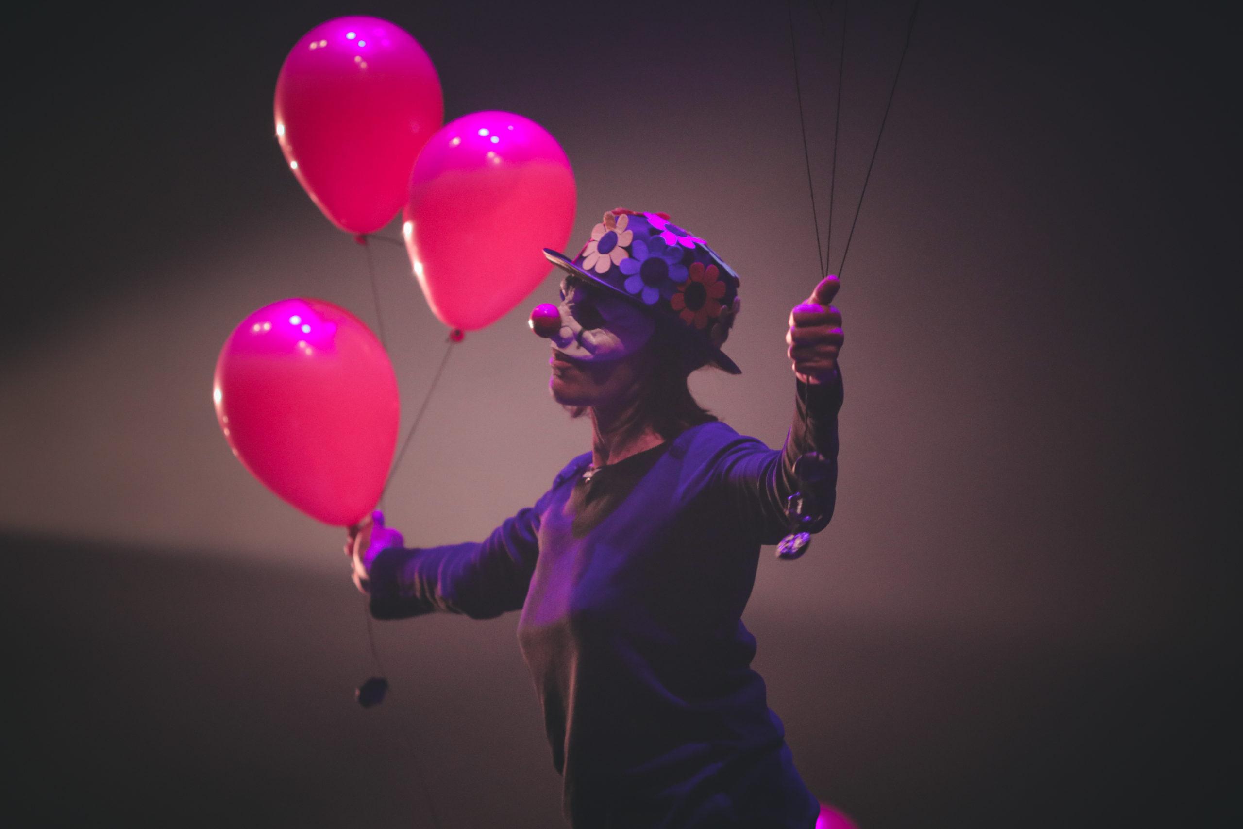 Danseuse de la Klaus compagnie clown ballons
