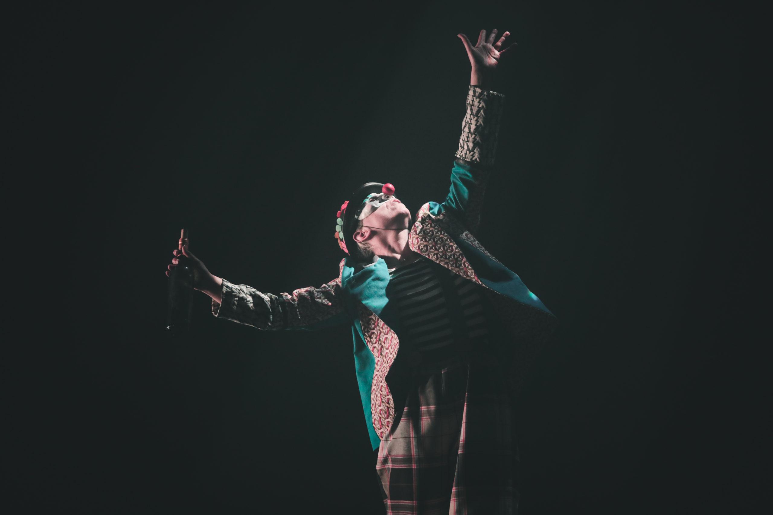 danseuse en clown bras vers le ciel
