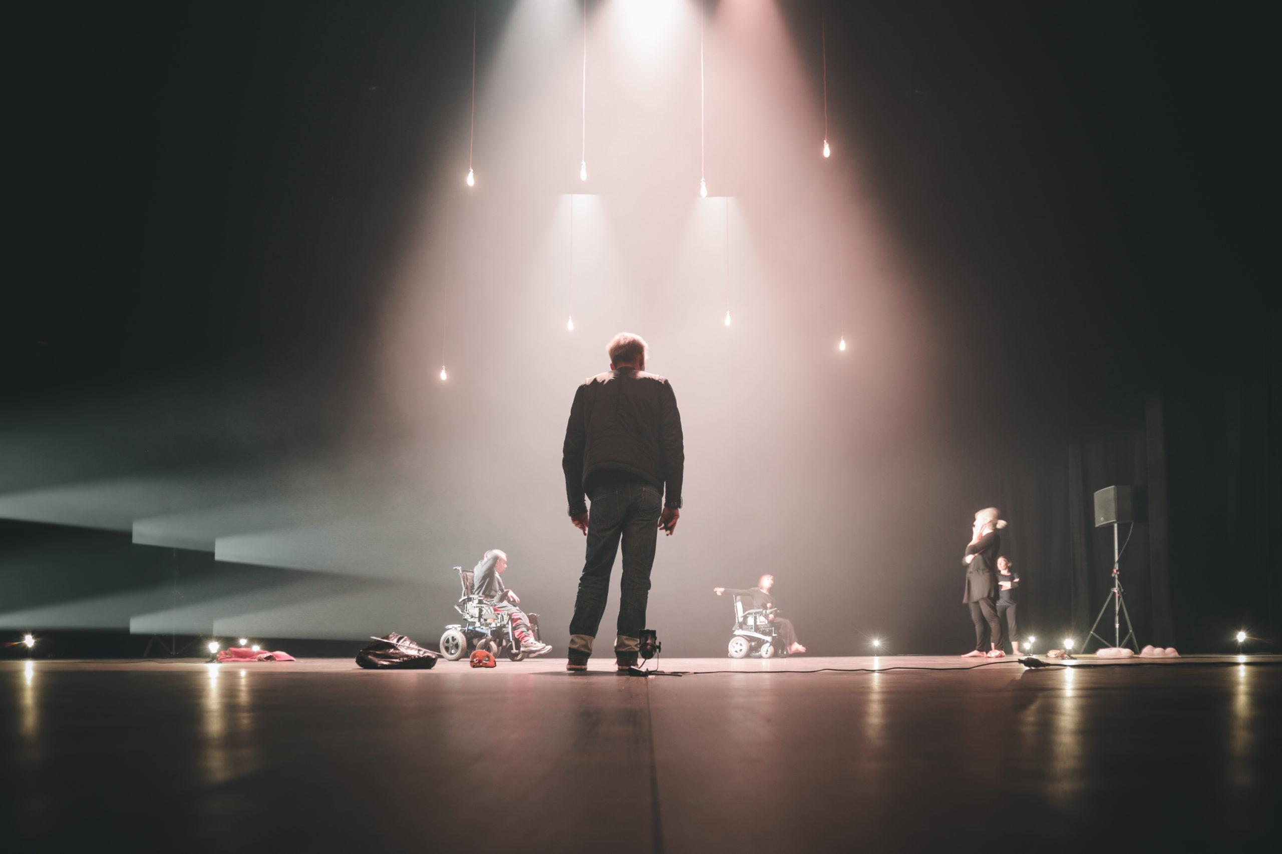 Pascal croce dans la lumière sur scène en répétition