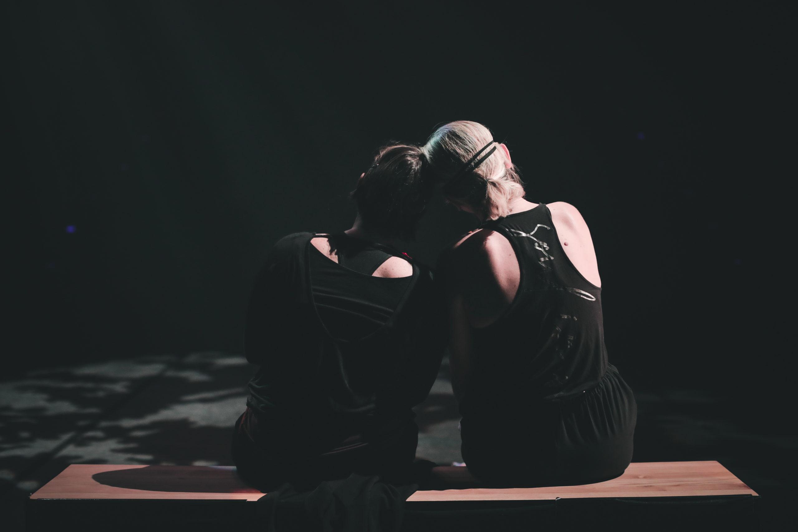 deux danseuse de la Klaus compagnie de dos assises sur un banc